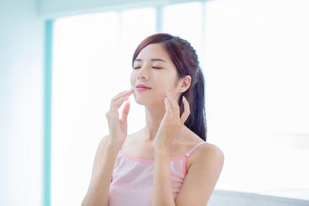 Photo pour beauty skin care woman in the bathroom - image libre de droit