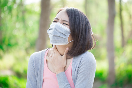 Photo pour woman wear mask and feel sore throat - image libre de droit