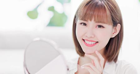 Foto de Beauty woman smile to you with the brace retainer for tooth - Imagen libre de derechos