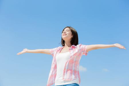 Foto de Asian girl feel happy and enjoy nature with sky - Imagen libre de derechos