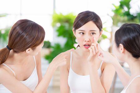 Photo pour asian women friend are talking about the skin problem - image libre de droit