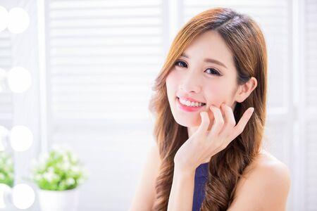 Foto de beauty asian woman with health skin and smile to you happily - Imagen libre de derechos