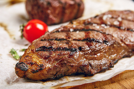 Photo pour Gourmet Grill Restaurant Steak Menu - New York Beef Steak on Wooden Background. Black Angus Prime Beef Steak. Beef Steak Dinner - image libre de droit