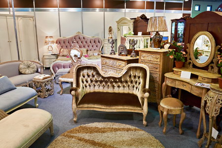 Foto de Antique furniture store with sofa and commode - Imagen libre de derechos