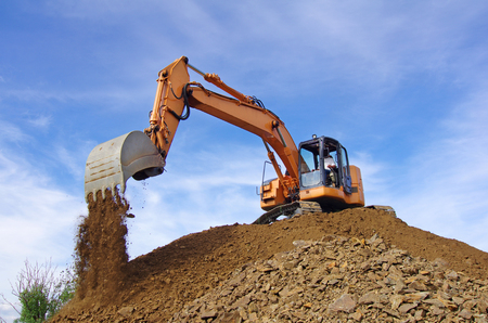 Photo pour Excavator in action during earth moving works - image libre de droit