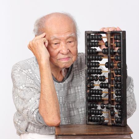 Foto de old man use chinese abacus thinking - Imagen libre de derechos