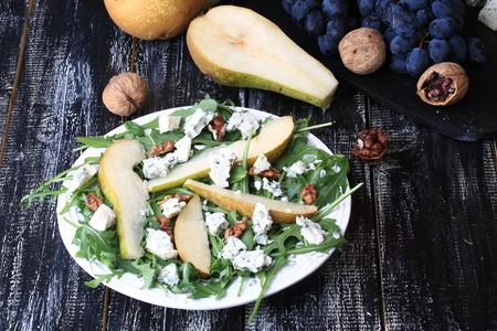Photo pour arugula pear salad blue cheese walnut - image libre de droit