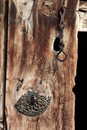 Photo pour old weathered wooden door - image libre de droit