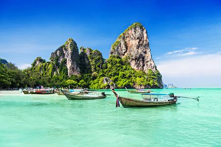 Foto de Longtale boats at the beautiful beach, Thailand - Imagen libre de derechos