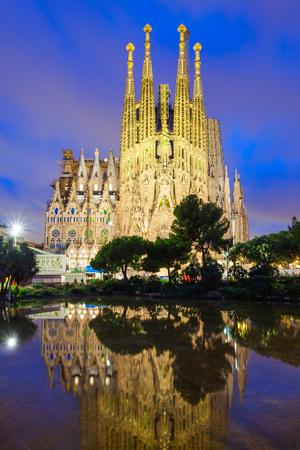 Foto de BARCELONA, SPAIN - OCTOBER 02, 2017: Sagrada Familia is a catholic church in Barcelona, designed by Catalan architect Antoni Gaudi - Imagen libre de derechos