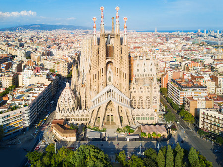 Foto de BARCELONA, SPAIN - OCTOBER 03, 2017: Sagrada Familia cathedral aerial panoramic view. Sagrada Familia is a catholic church in Barcelona, designed by Catalan architect Antoni Gaudi - Imagen libre de derechos