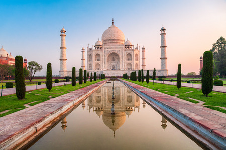 Photo pour Taj Mahal is a white marble mausoleum on the bank of the Yamuna river in Agra city, Uttar Pradesh state, India - image libre de droit