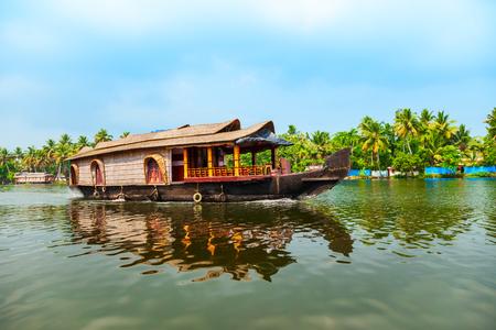 Foto de A houseboat sailing in Alappuzha backwaters in Kerala state in India - Imagen libre de derechos