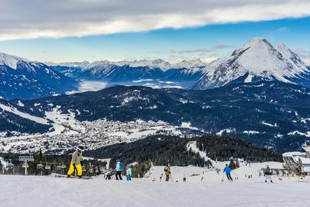 Photo pour Skier skiing on Seefeld Ski Resort in winter - image libre de droit