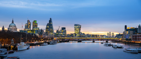 Photo pour Panoramic view of London skyline over river Thames. - image libre de droit