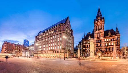 Foto de The old and new town hall buildings in the city centre of Manchester, England. - Imagen libre de derechos