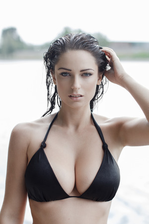 Photo pour Sexy woman in bikini with wet hair and big tits at summer - image libre de droit