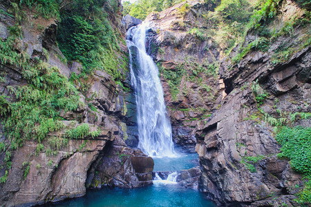 Photo pour Xiao Wulai Waterfall Aerial Photography - Low angle view use the drone photography on sunny day, shot in Xiao Wulai Scenic Area, Fuxing District, Taoyuan, Taiwan. - image libre de droit