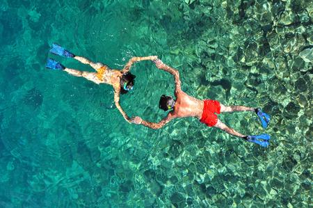 Photo pour Romantic couple snorkeling in Phuket, Thailand - image libre de droit