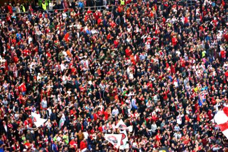Photo pour Blurred crowd of people in a stadium - image libre de droit