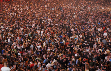 Photo pour Blurred crowd at a concert - image libre de droit