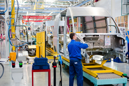 Photo pour Yelabuga, Russia - May 12, 2014: assembly line vehicles Ford Sollers plant in the special economic zone Alabuga - image libre de droit