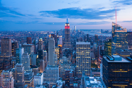 Photo pour Aerial night view of Manhattan skyline - New York - USA - image libre de droit