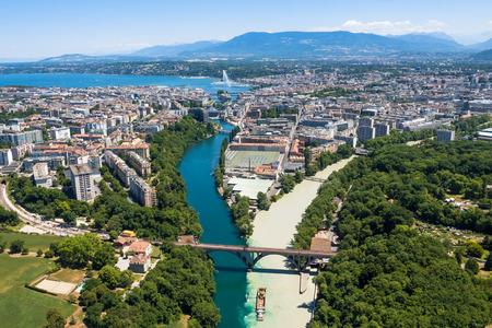 Foto de Aerial view of  Geneva city in Switzerland - Imagen libre de derechos