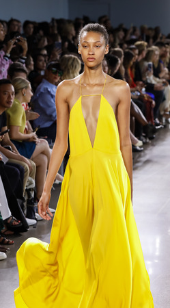 Photo pour New York, NY, USA - September 7, 2018: A model walks runway to present MILLY by Michelle Smith Spring/Summer 2019 collection during New York Fashion  Week at Spring Studios, Manhattan - image libre de droit
