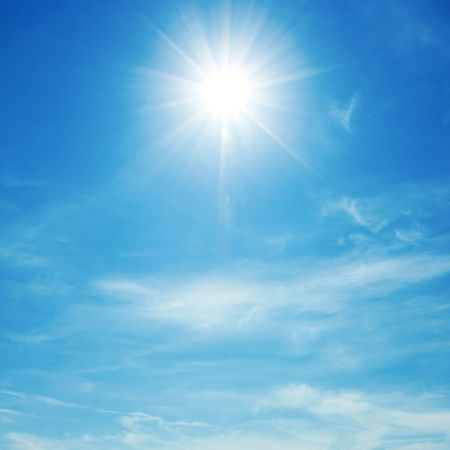 Photo pour The sun shines bright in the daytime in summer. Blue sky and clouds. - image libre de droit