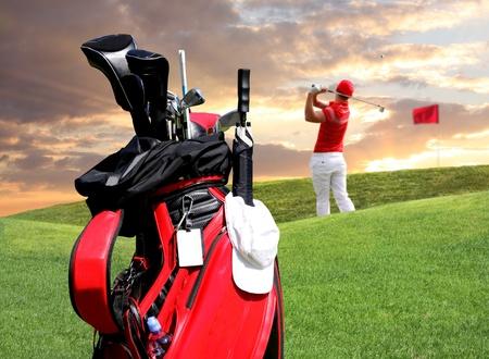 Photo pour Man playing golf with golf bag - image libre de droit