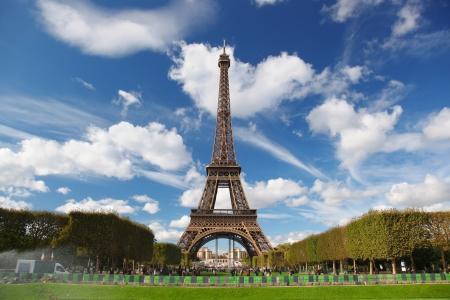 Photo pour Eiffel Tower with city park in France - image libre de droit
