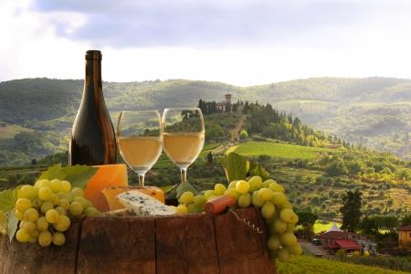 Foto de White wine with barrel on vineyard in Chianti, Tuscany, Italy - Imagen libre de derechos