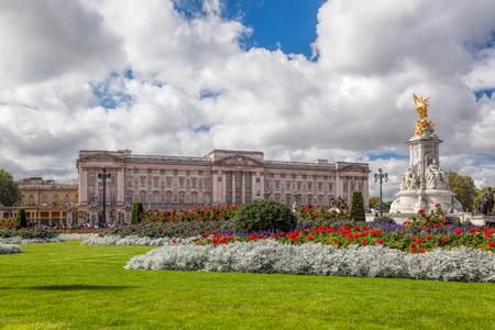 Photo pour Buckingham palace in London, England - image libre de droit