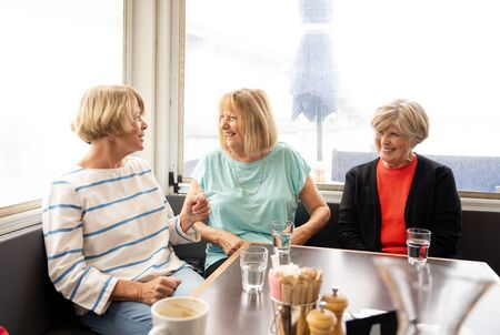 Photo pour Joyful elderly friends having tea or coffee together. Senior girlfriends chatting laughing and having fun in coffee shop in Stay active in retirement lifestyle and friendship or companionship concept. - image libre de droit
