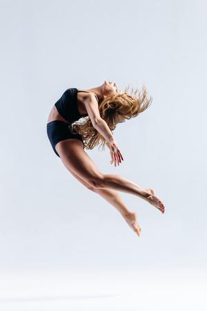 Photo pour young beautiful modern style dancer posing on a studio background - image libre de droit