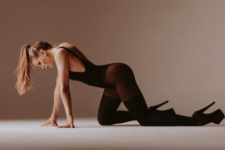 Foto de Young beautiful dancer is posing in studio - Imagen libre de derechos