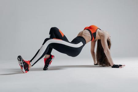 Photo pour Young beautiful fitness female posing in studio - image libre de droit