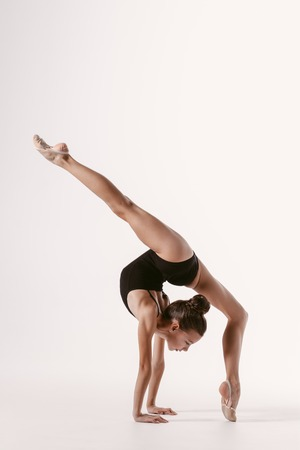 Photo pour Young gymnast girl stretching and training - image libre de droit