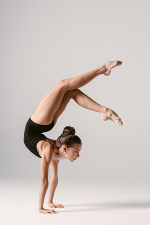 Foto de Young gymnast girl stretching and training - Imagen libre de derechos