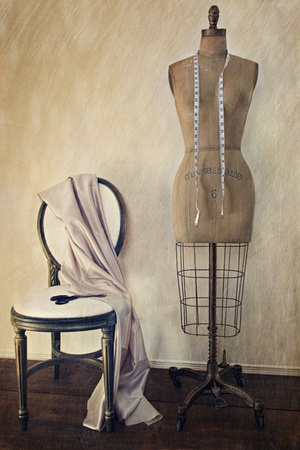 Photo pour Antique dress form and chair with vintage look  - image libre de droit