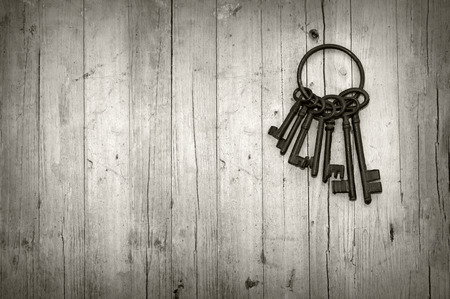 Photo pour bunch of old keys on wooden background black and white - image libre de droit
