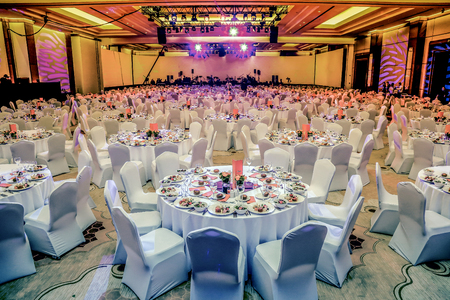 Photo pour Wedding hall or other function facility set for fine dining - image libre de droit