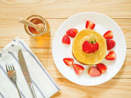 Foto de Stack of homemade flourless oatmeal pancakes with fresh strawberry and honey - Imagen libre de derechos