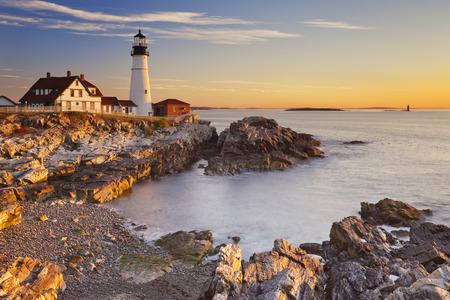 Foto de The Portland Head Lighthouse in Cape Elizabeth, Maine, USA. Photographed at sunrise. - Imagen libre de derechos