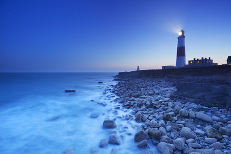 Foto de The Portland Bill Lighthouse on the Isle of Portland in Dorset, England at night. - Imagen libre de derechos