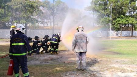 Foto de Rayong Thailand , December 07 - 2017 : Fire fighting training in Thailand - Imagen libre de derechos