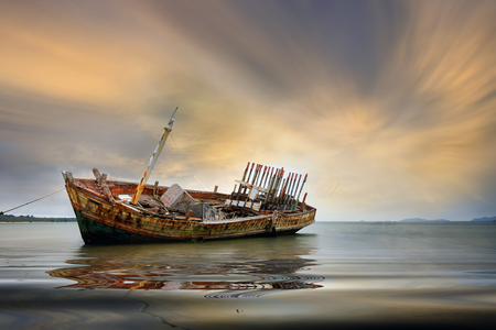 Foto de An old shipwreck or abandoned shipwreck. , Wrecked boat abandoned stand on beach or Shipwrecked off the coast of Thailand. - Imagen libre de derechos