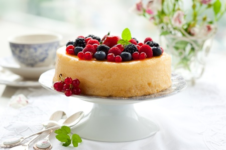 Photo pour Cheesecake With Mixed Berries - image libre de droit