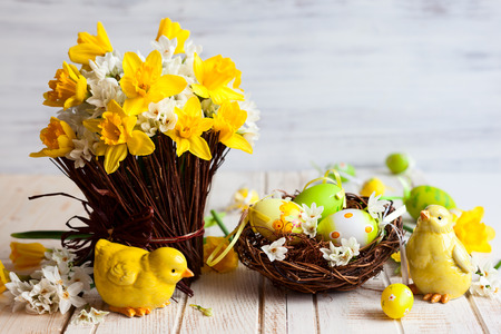 Photo pour Easter table decoration with fresh daffodils,chick and eggs - image libre de droit